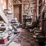 coin livres dans un château abandonné en Belgique