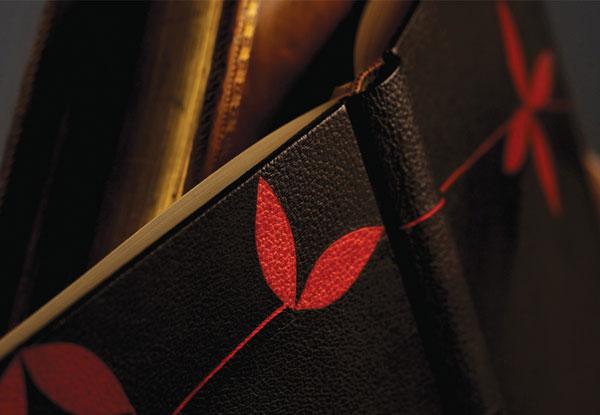 Création Anne-Elisabeth Gillot. Mosaique de cuir noir et rouge.