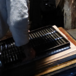 Le papetier couche la feuille sur un feutre