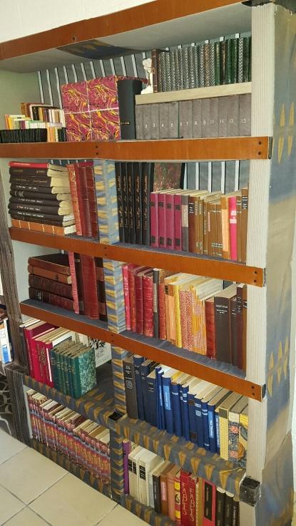biblioth que maison couverte de papier tissu et cuir essentiam. Black Bedroom Furniture Sets. Home Design Ideas