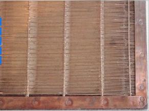 Les lignes serrées horizontales en métal sont les vergeures.